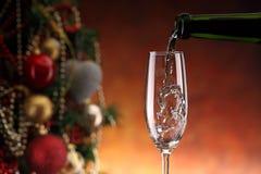 Лить игристое вино Стоковые Фотографии RF