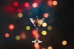 Лить коктеиль Мартини на запачканной предпосылке Стоковая Фотография