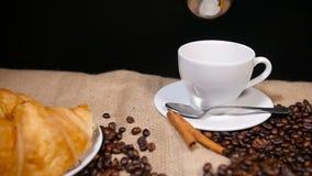 Лить кофе в чашку с паром видеоматериал