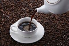 лить кофе стоковые фотографии rf