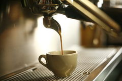 лить кофе Стоковые Фото