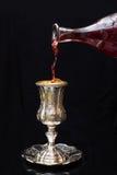 Лить красное вино в стеклянный серебр Стоковое фото RF