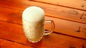 Лить кружки пива сток-видео
