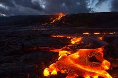 Лить лава на наклоне вулкана Вулканическое извержение и магма стоковые фото