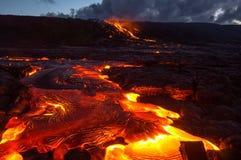 Лить лава на наклоне вулкана Вулканическое извержение и магма стоковое изображение