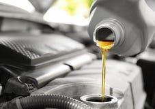 Лить масло в двигатель автомобиля стоковая фотография