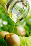 Лить масло на салате стоковое фото rf