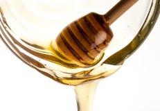 Лить мед с ковшом меда стоковое изображение rf