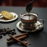 Лить мед в чае Стоковые Фотографии RF