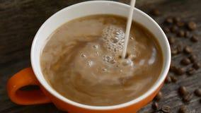 Лить молоко в стрельбу чашки кофе сток-видео