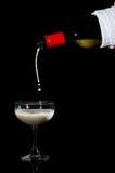 Лить молоко в концепции отсутствие alcohor Стоковое Изображение RF