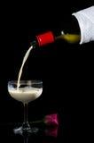 Лить молоко в концепции отсутствие alcohor Стоковая Фотография RF