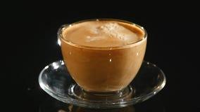 Лить молоко в чашке кофе, замедленном движении крупного плана видеоматериал