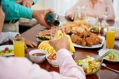 Лить очень вкусное вино стоковое изображение rf