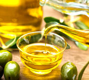Лить оливкового масла девственницы стоковое изображение rf