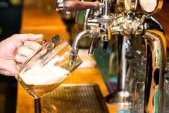 Лить пива стоковая фотография rf