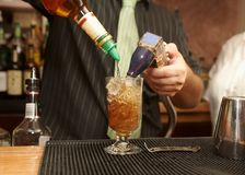 лить питья бармена Стоковое Изображение