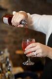 лить питья бармена Стоковые Изображения RF