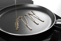 Лить пищевое масло в сковороду, стоковые фотографии rf