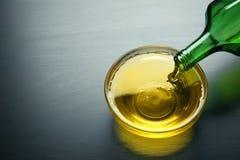 Лить пищевое масло в шар стоковые изображения