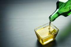 Лить пищевое масло в шар стоковое фото