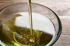 Лить свежее оливковое масло в шар стоковая фотография rf