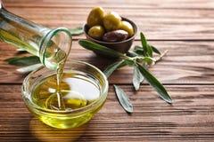 Лить свежее оливковое масло в шар стоковые фотографии rf