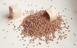 Лить семя специи на деревянной доске Стоковые Фотографии RF