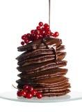Лить сироп шоколада на стоге малых блинчиков на белом острословии стоковая фотография rf