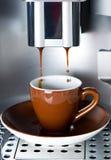 лить создателя espresso кофе свежий Стоковая Фотография