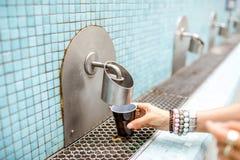 Лить термальная вода стоковые изображения rf