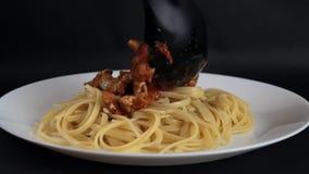 Лить томатный соус с мясом на спагетти видеоматериал