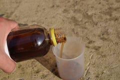 Лить толстое решение глифосата в beaker Стоковая Фотография RF