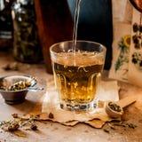 Лить травяной чай стоковые изображения rf