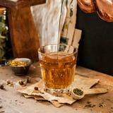 Лить травяной чай стоковые изображения
