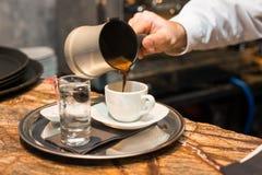Лить турецкий кофе Стоковые Фотографии RF