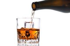 Лить холодный виски стоковые фото