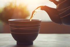 Лить чай в небольшом шаре от бака чая  Ñ hinese керамического стоковые фото