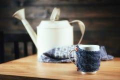 Лить чай в чашку на деревянного стола Стоковые Изображения