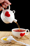 Лить чай Стоковые Фото
