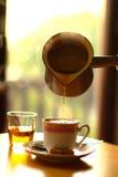 Лить чашка кофе стоковая фотография rf