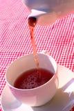 Лить чашка чая стоковая фотография