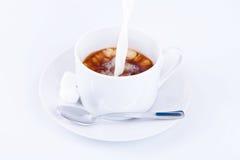 лить чашки сливк кофе стоковые фотографии rf