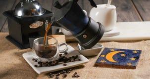 Лить чашку кофе от традиционной итальянской машины кофе Стоковая Фотография RF