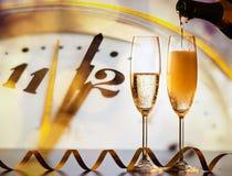 лить шампанское в стекла против праздника освещает стоковая фотография rf