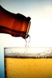 лить 2 пив Стоковые Фото