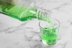 Лить mouthwash в стекле стоковые изображения rf
