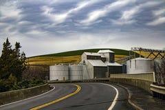 Лифты зерна на проселочной дороге стоковые изображения rf