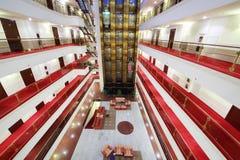 Лифты, лобби с креслами и пола с много дверей стоковые изображения rf