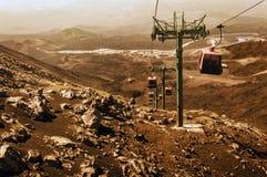 Лифты поднимают туристов к горе Этна на восходе солнца, Катании, Сицилии, Италии стоковое фото rf